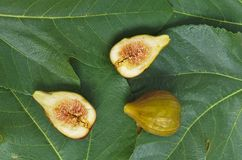 Fresh figs and leaves on a table Royalty Free Stock Photos