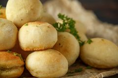 Fresh Garlic Ball bread on black plate on crumpled paper royalty free stock images