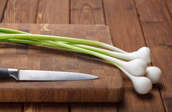 Fresh garlic on chopping board Royalty Free Stock Photography