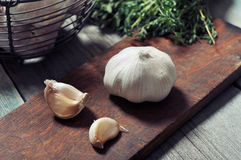 Fresh garlic on cutting board Royalty Free Stock Photos