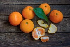Fresh-gathered tangerines on a wooden table Royalty Free Stock Photos