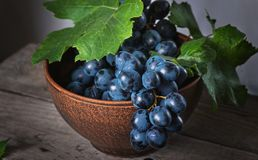 Free Fresh Grapes In A Clay Plate On A Wooden Old Table Stock Photos - 158687753