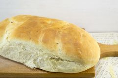Fresh hommade bread on a cutting board Royalty Free Stock Photos