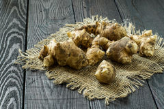 Fresh jerusalem artichokes on sackcloth Royalty Free Stock Photography