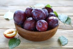 Fresh juicy plums in brown bowl Stock Photography