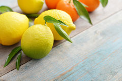 Fresh lemons with leaves Royalty Free Stock Photography