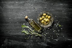 Fresh olives and the oil Royalty Free Stock Images