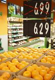 Fresh oranges in grocery with discounts Stock Photography
