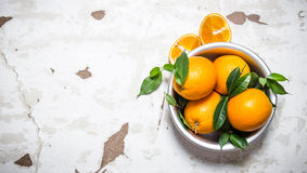 Fresh oranges with leaves in a bowl. Royalty Free Stock Photos