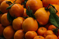 Fresh oranges at marketplace Royalty Free Stock Photos