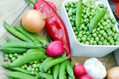 Fresh organic peas in bowl Royalty Free Stock Photos