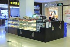Fresh pastries lies on store shelves Royalty Free Stock Photos