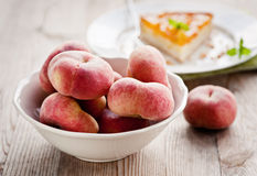 Fresh peaches in a bowl Royalty Free Stock Photos