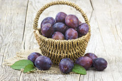 Fresh plums in a basket Royalty Free Stock Photos