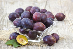 Fresh plums in a bowl Royalty Free Stock Images