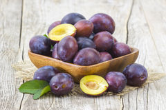 Fresh plums in a bowl Royalty Free Stock Photography