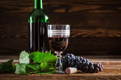 Fresh red wine with grapes Royalty Free Stock Images