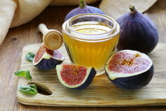 Fresh ripe figs and light honey Royalty Free Stock Photos