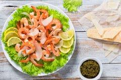 Fresh salad of shrimps, green lettuce and slice of lemon Royalty Free Stock Photos