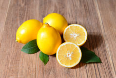 Fresh sliced lemons and leaves Royalty Free Stock Photos