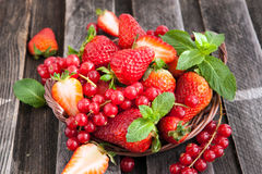 Fresh strawberry and redcurrant in a basket Royalty Free Stock Photography