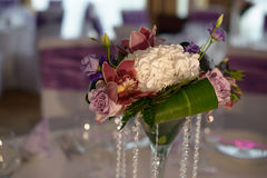 Fresh wedding table floral arrangement with on-theme colors and accents Royalty Free Stock Photos