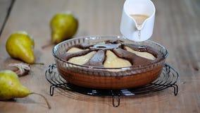 Freshed ha cotto la torta della pera del cioccolato Sciroppo di versamento sul dolce di cioccolato stock footage