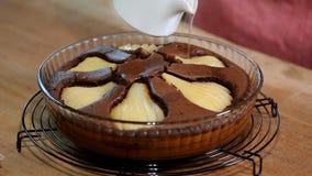 Freshed ha cotto la torta della pera del cioccolato Sciroppo di versamento sul dolce di cioccolato video d archivio