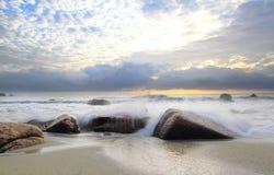 Freshing morgonfärgstänk på stranden Arkivbilder
