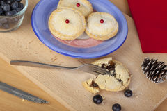 Freshly baked mince pies for christmas on a chopping board Royalty Free Stock Images