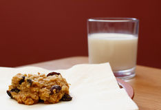 Freshly baked oatmeal raisin cookie with a glass of milk Royalty Free Stock Images
