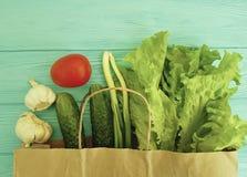 Freshvitamin en bois naturel de sac de papier de légumes de salade de récolte crue organique de disposition Images libres de droits