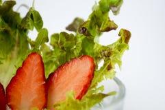 Freshy草莓片和菜 免版税库存照片