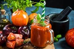 Freshy сделало сок томата с солью и базиликом Стоковые Фото