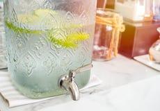 Freshy napoju wody zieleni zimni jabłka fotografia royalty free