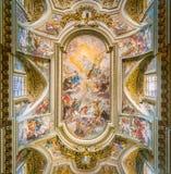 Fresko met ` Triumph van de Orde van Heilige Francis ` door Giovan Battista Gaulli, in Basiliek van Santi XII Apostoli, in Rome stock foto's