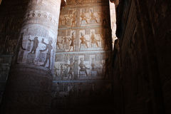 Fresko's in de hypostyle zaal van de tempel van Hathor in Dendera stock afbeelding
