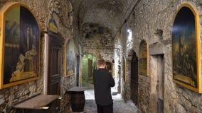 Fresko's die GiovanniCassini op de smalle straten van de middeleeuwse Italiaanse stad afschilderen stock footage