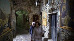 Fresko's die GiovanniCassini op de smalle straten van de middeleeuwse Italiaanse stad afschilderen stock videobeelden