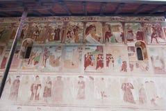 Fresko's van de oude macabere dans buiten op de muur van Heilige S stock foto