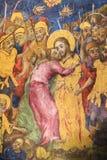 Freskomålning av judas som förråder Jesus med en kyss i kyrkan av den heliga griften, Jerusalem arkivbild