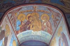 Freskomålning runt om det kyrkliga fönstret Royaltyfria Bilder