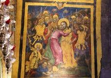 Freskom?lning av judas som f?rr?der Jesus med en kyss i kyrkan av den heliga griften, Jerusalem royaltyfri bild