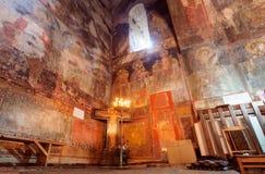 Freskomålningvägg- och stearinljusljus inom korridoren av kyrkan av ärkeänglarna, Georgia Royaltyfri Foto