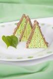 Fresly coció al horno pedazos triangulares de la torta de la tuerca de pistacho Imagen de archivo