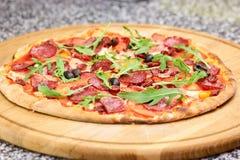 Fresly cozeu a pizza do italiano do salame fotografia de stock