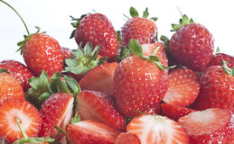 Fresly a sélectionné des fraises d'une plaque Photographie stock libre de droits