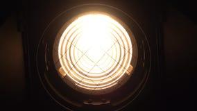 Fresnel światło reflektorów iluminuje daleko i wyłacza Czarny tło zbiory wideo