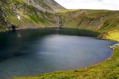 Fresness de la primavera del fondo del lanscape del lago del ojo de la montaña de Rila Fotografía de archivo