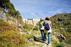 Fresnillo水库的,山脉格拉萨莱马国家公园,卡迪士,西班牙两个妇女远足者 免版税库存图片
